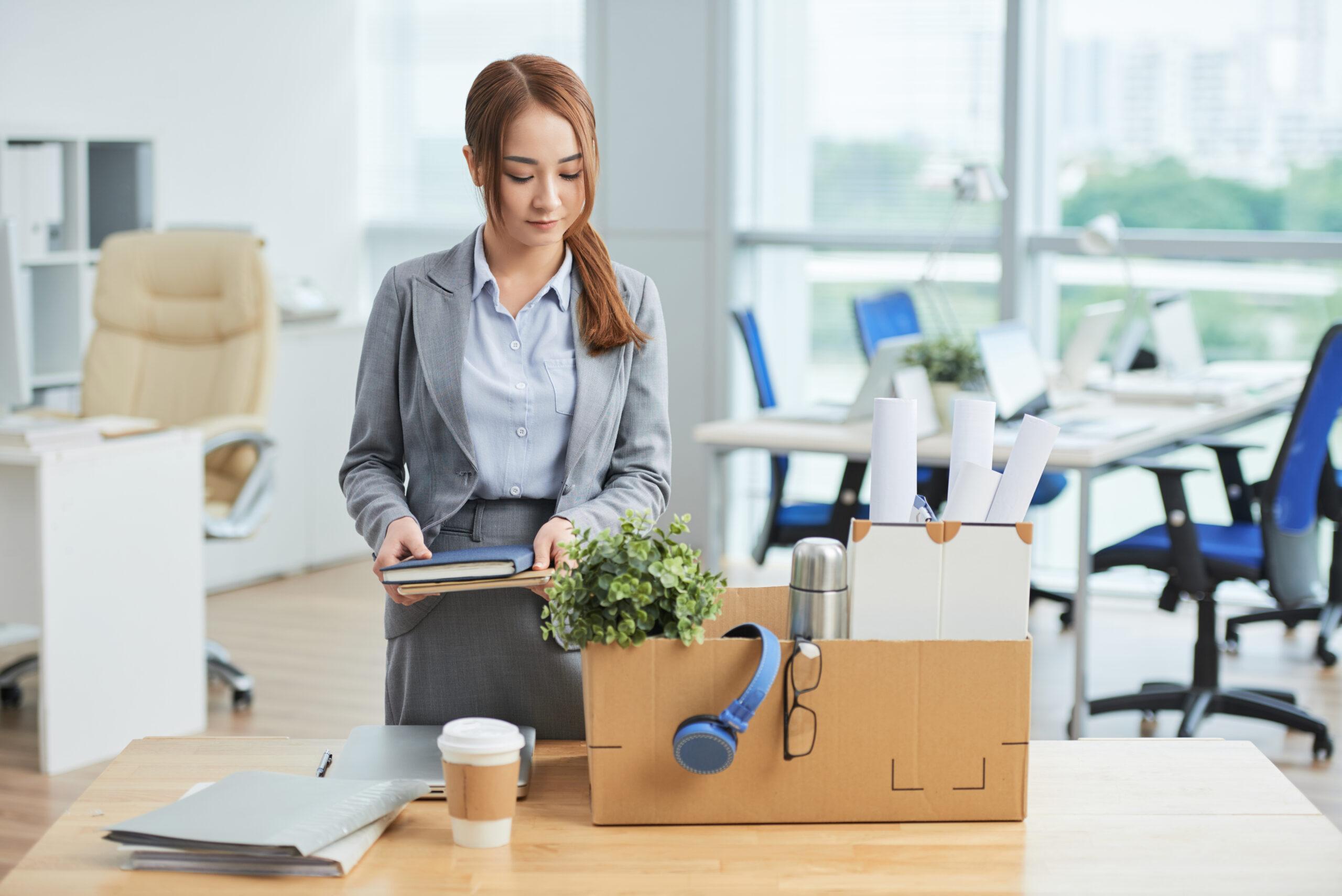 Mulher em guardando itens do trabalho