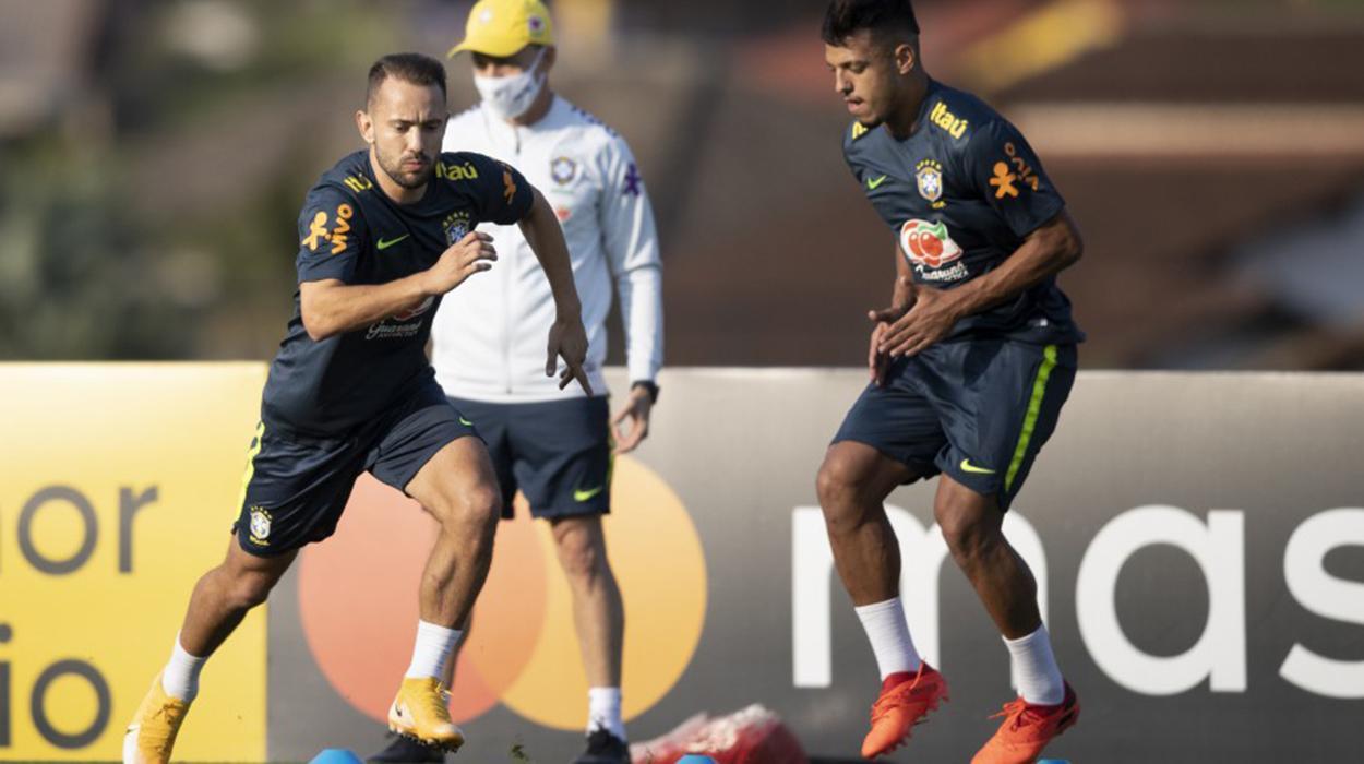 Everton Ribeiro treina com a seleção brasileira