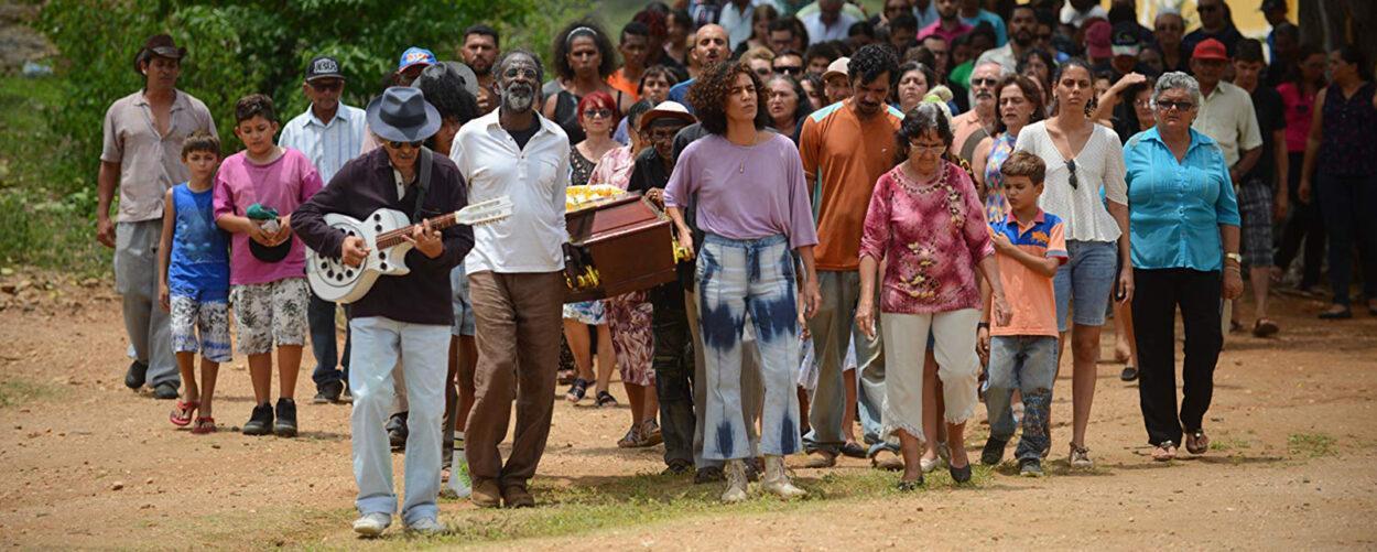 cena do filme bacurau com todos os moradores da cidade pernambucana