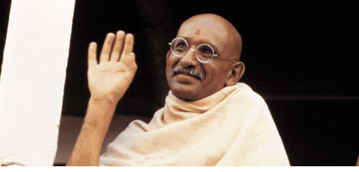 Embora seja filho de indiano, Ben Kingsley se tornou alvo de polêmicas por pintar sua pele em tom mais escuro para interpretar Gandhi. Fonte: Reprodução