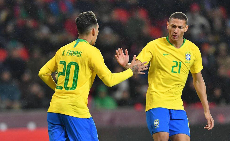 Companheiros na seleção, Richarlison e Firmino devem se enfrentar no derby entre Liverpool e Everton