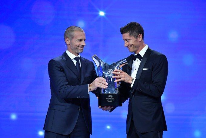 LEwandowski recebe prêmio de melhor jogador da Europa