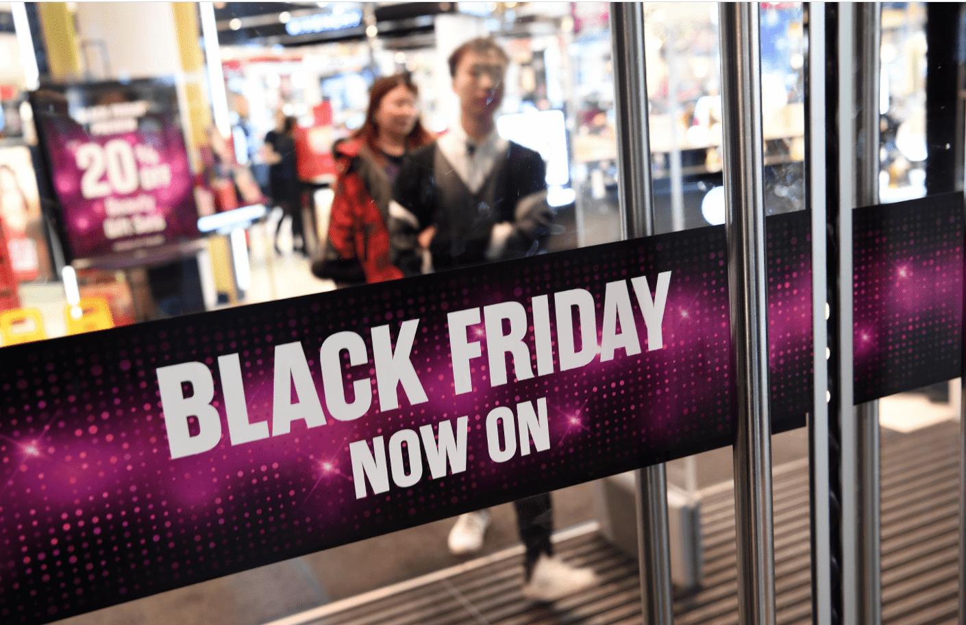 Foto mostra loja com adesivo escrito Black Friday