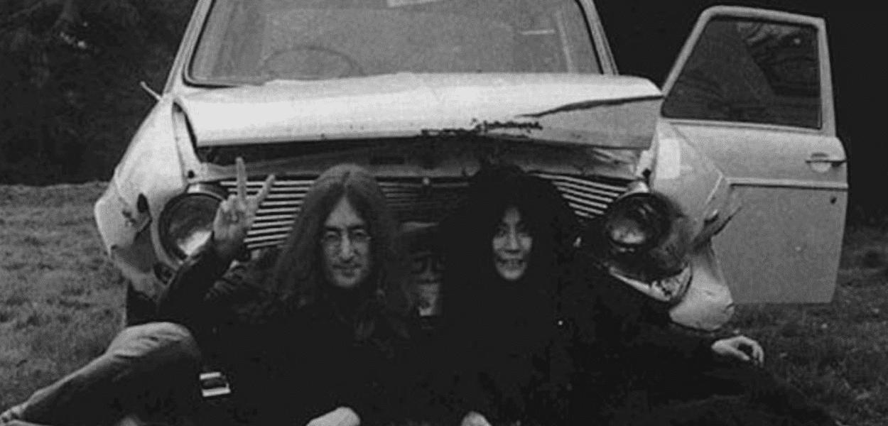 John Lennon e Yoko Ono em frente ao carro batido
