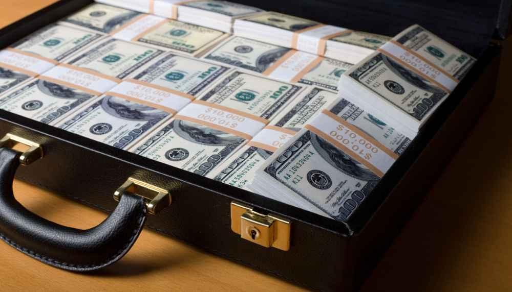 maleta cheia de notas de 100 dólares