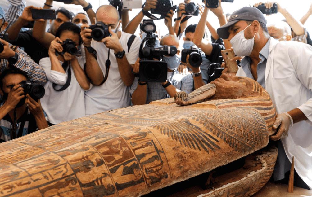 Sarcófago de mais de 2 mil anos é aberto no Egito em cerimônia pública