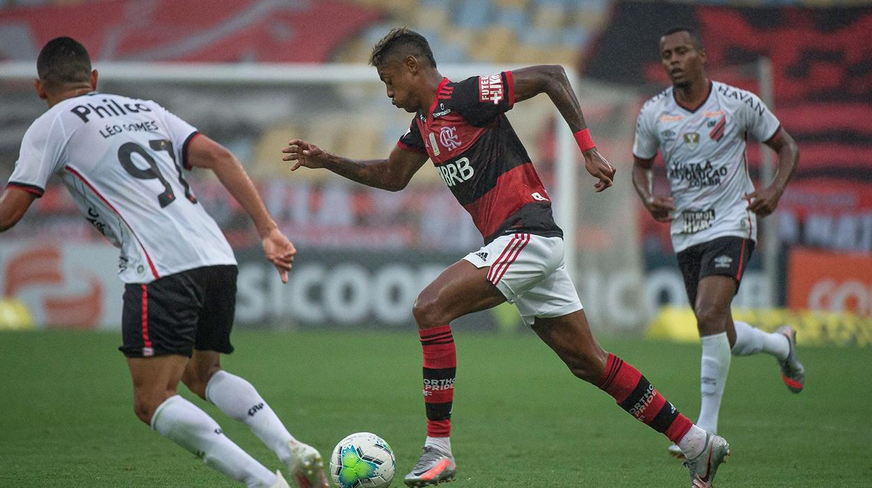 Bruno Henrique, do Flamengo, contra o Athletico-PR