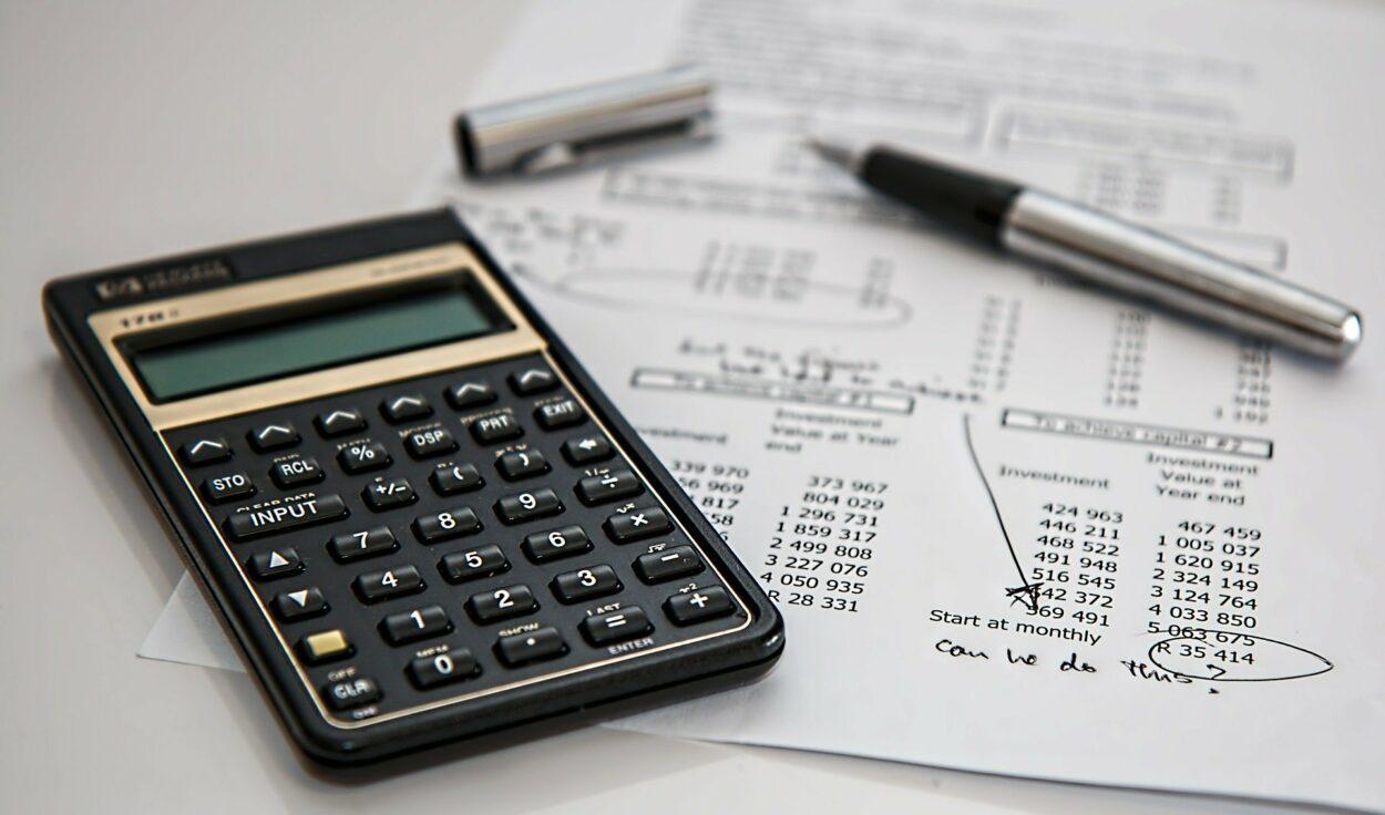 calculadora e papéis com números