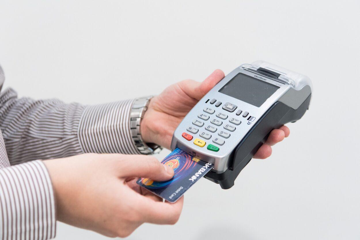 cartão sendo inserido em máquina de recebimento eletrônico