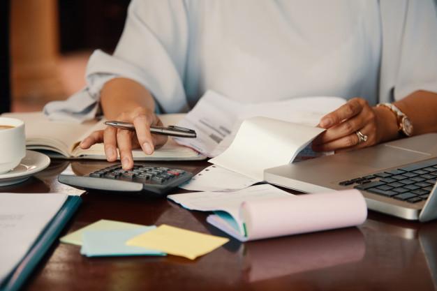 Mulher verificando suas finanças