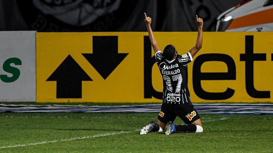Everaldo novamente marca o gol da vitória do Timão, nos minutos finais