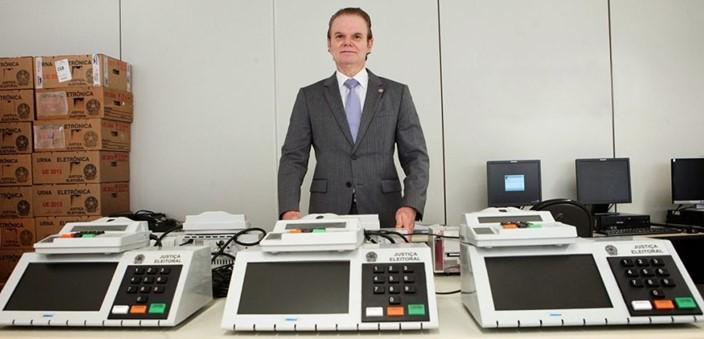 Secretário de tecnologia do TSE, Giusepe Janino e as urnas