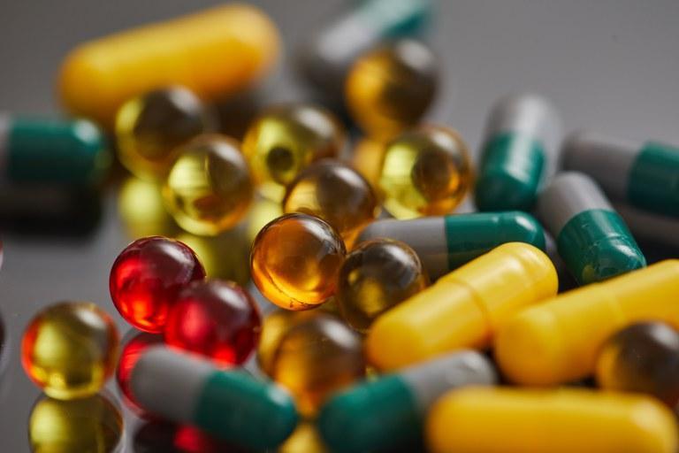 Foto mostra pílulas de remédio