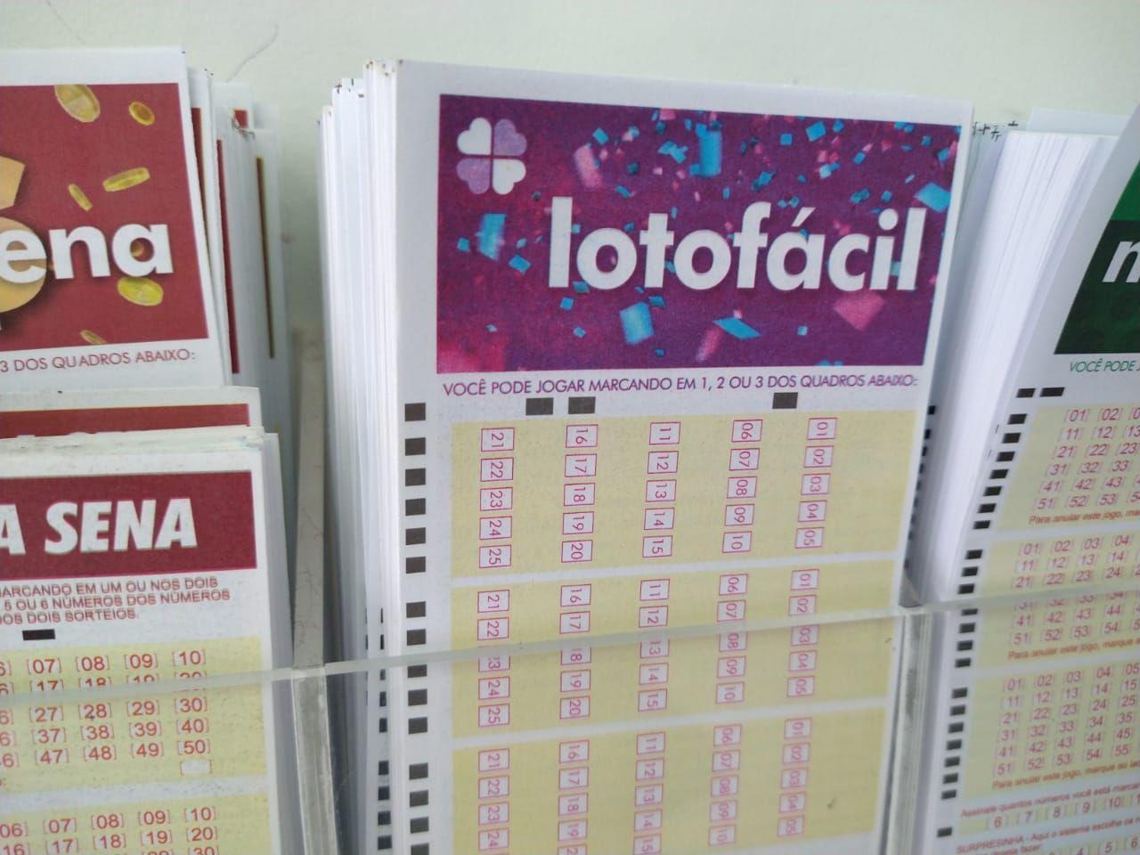 lotofacil concurso 2071 - a imagem mostra um bloco de volantes da modalidade dentro de uma caixa transparente presa na parede