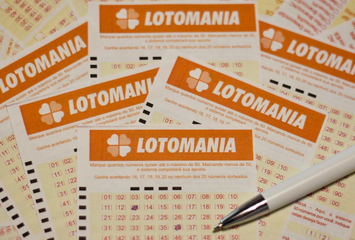 Lotomania concurso 2126 - a imagem mostra diversos volantes da Lotomania e um uma caneta