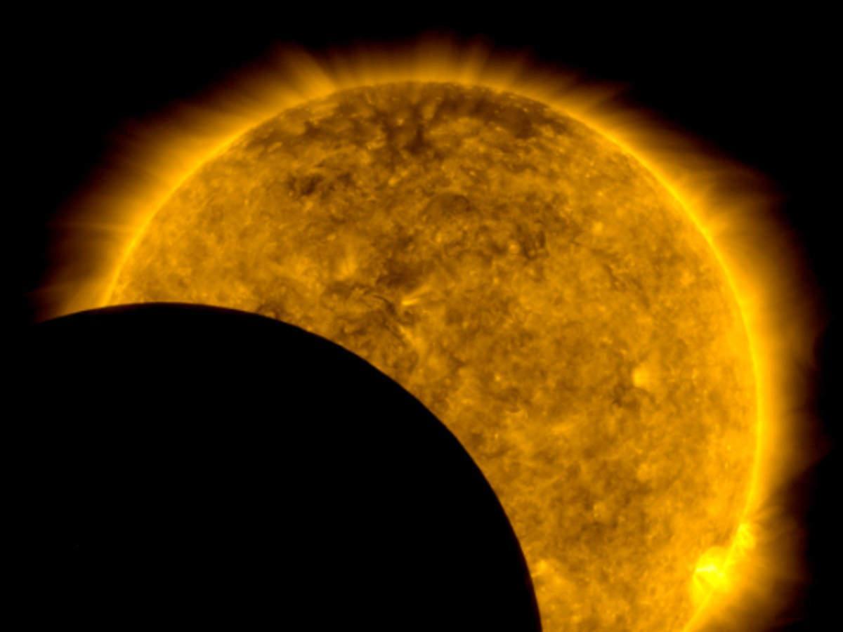 lua na frente do sol