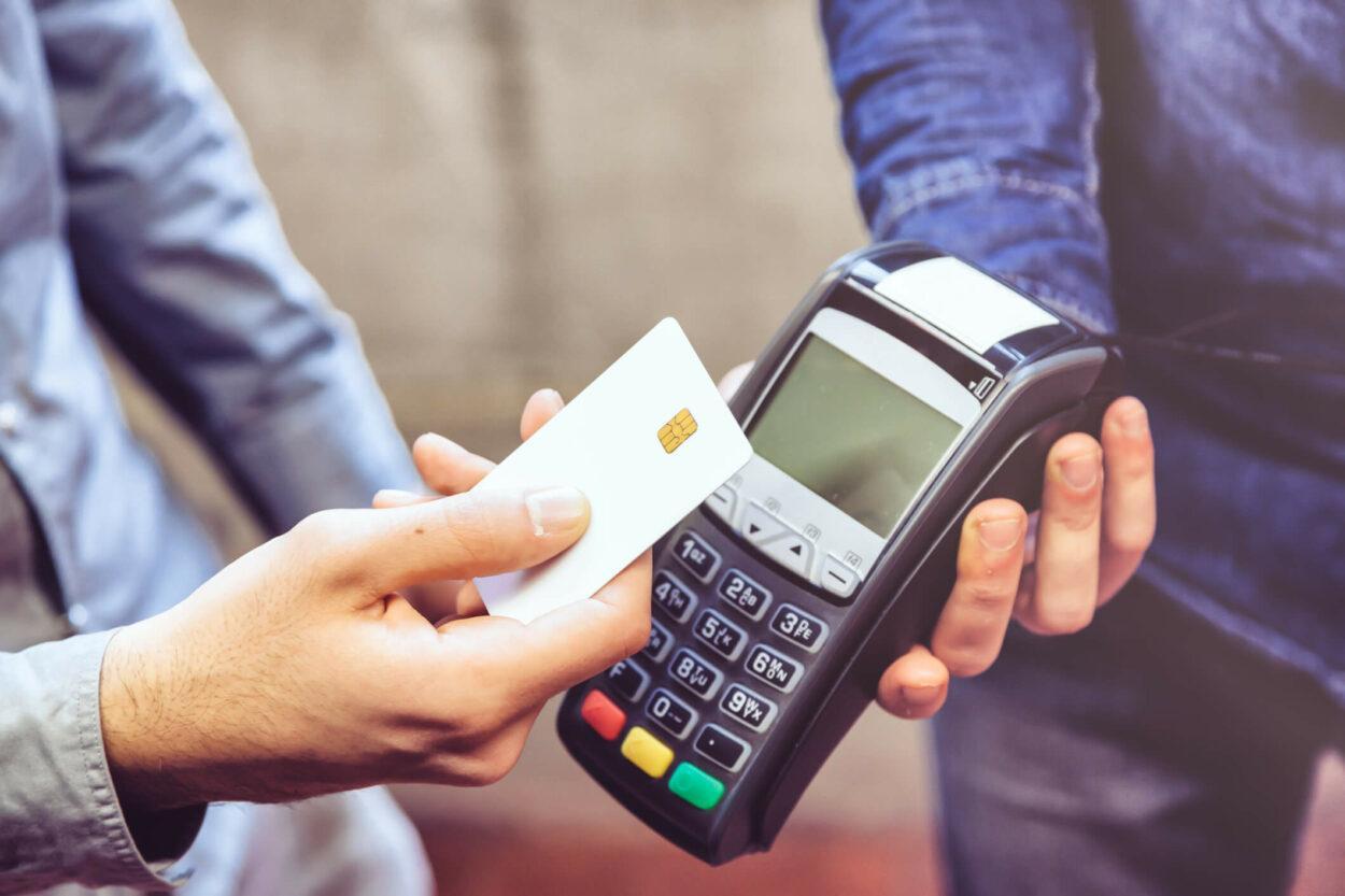 cartão de crédito pagando em maquininha por aproximação