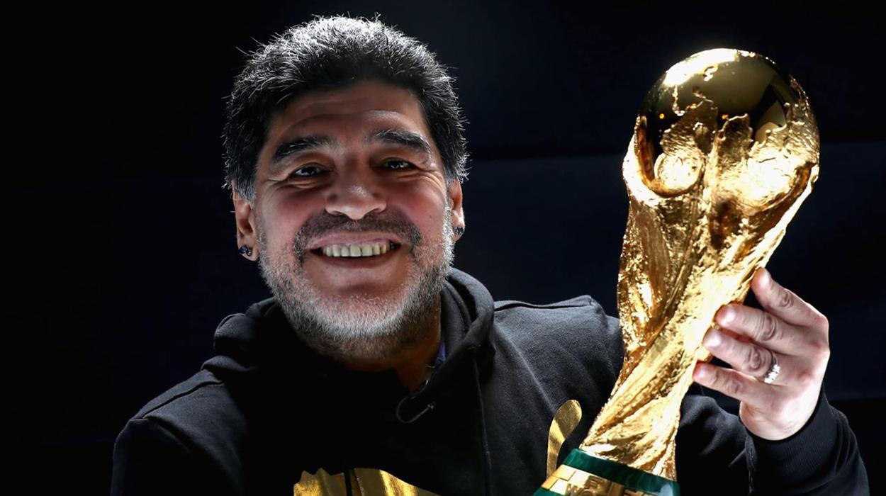 Maradona segura a taça da Copa do Mundo