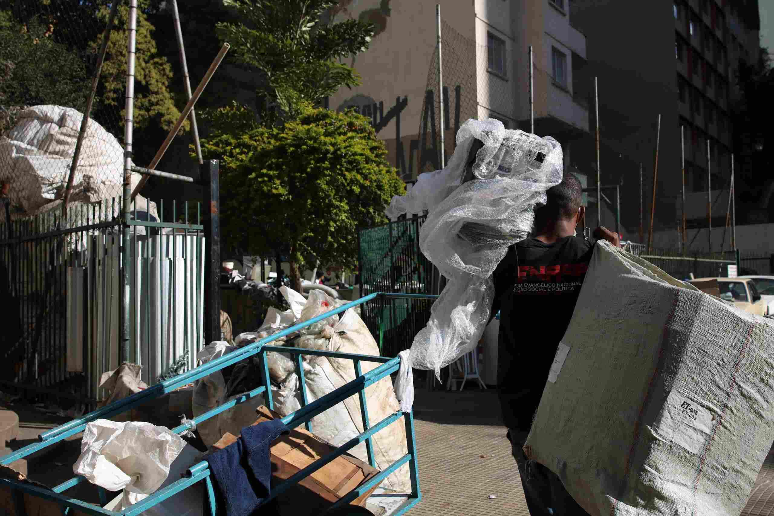 Catadores coletam materiais e embalagens para reciclagem na Avenida Nove de Julho, região central de SP. Foto: Rovena Rosa/ABr