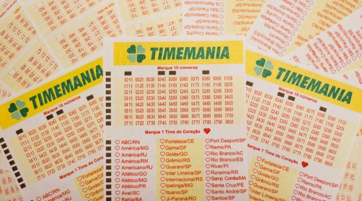 Timemania concurso 1561 - a imagem mostra três volantes da Timemania em destaque