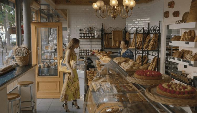 Emily escolhendo o paine au chocolat