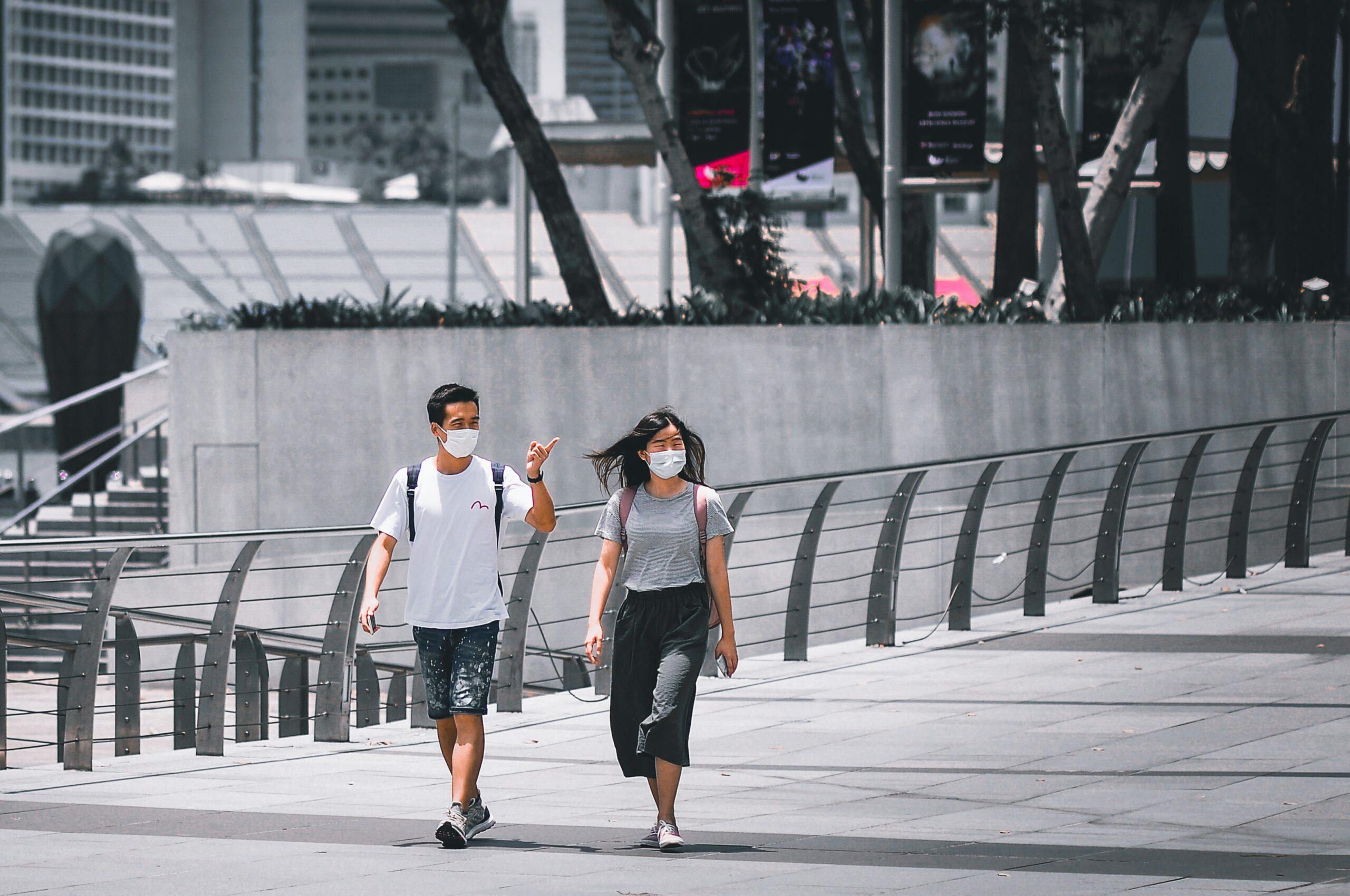 Pessoas andam de máscara em Singapura no combate ao covid-19