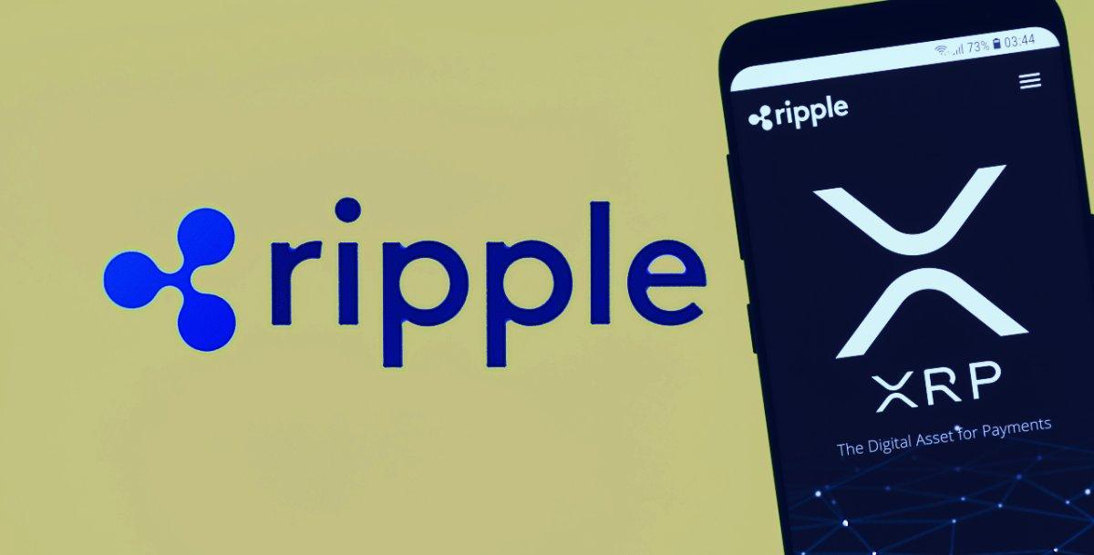 logotipo da Ripple, ao lado de celular com app da XRP