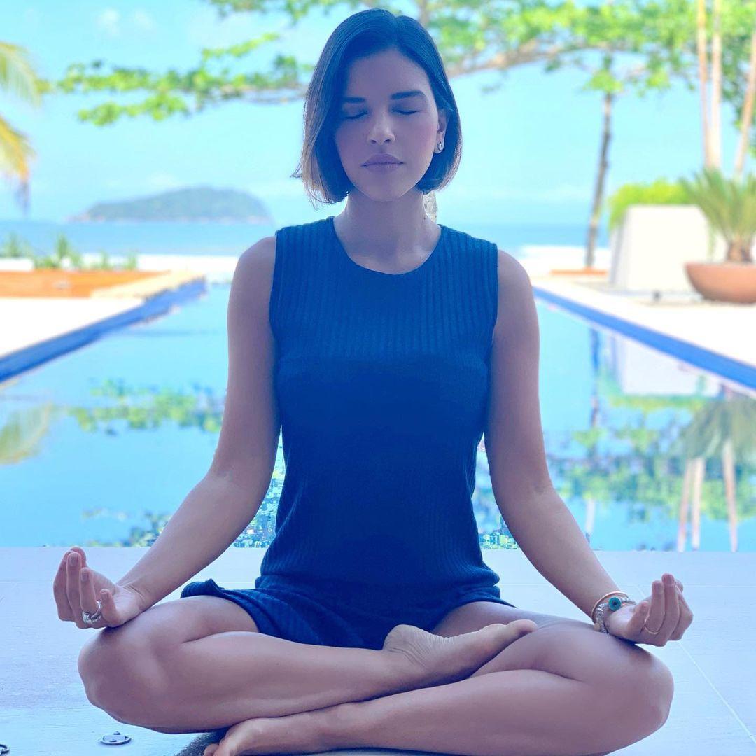 Imagem mostra Mariana Rios meditando
