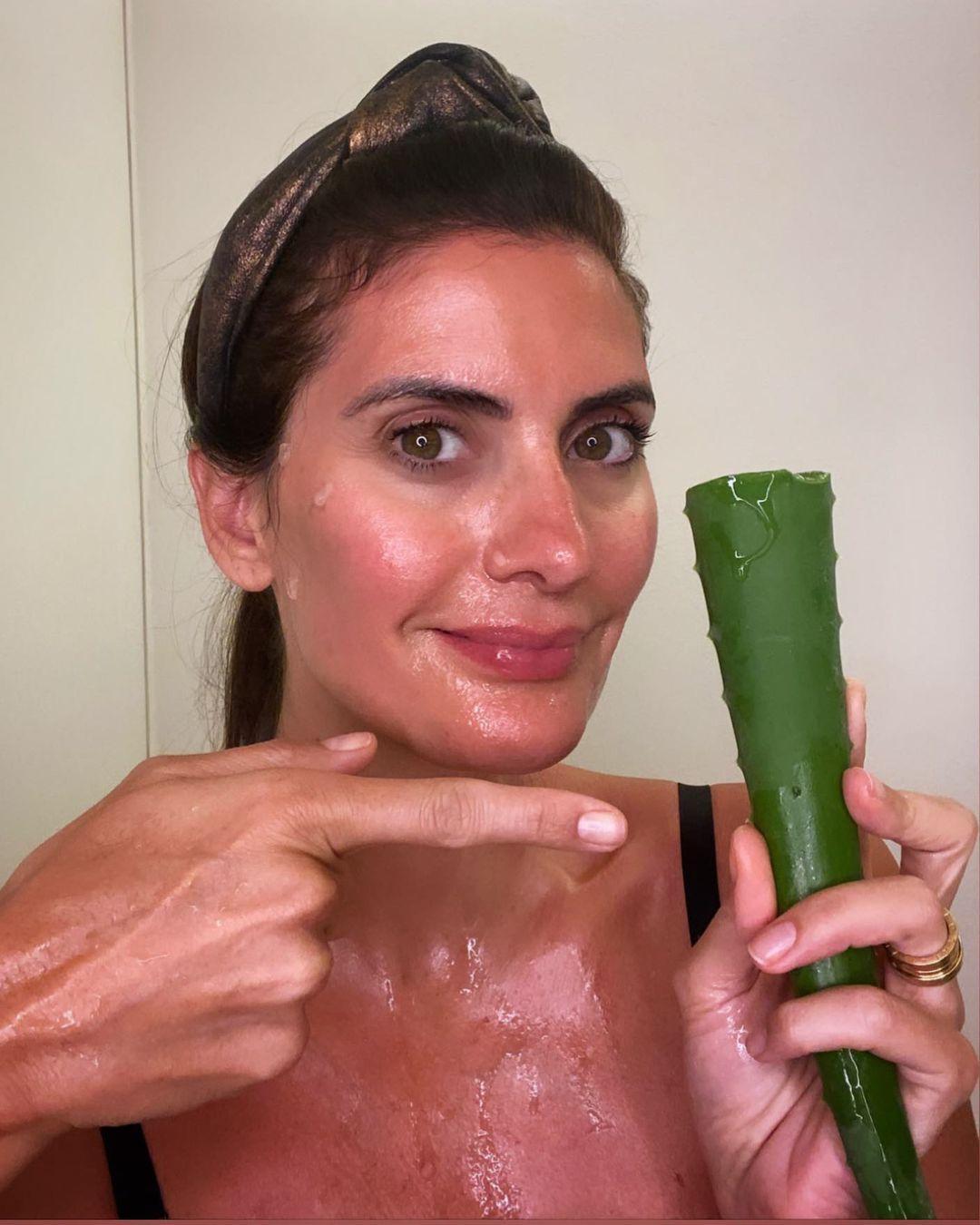 Imagem mostra Isabella Fiorentino com gel de babosa no rosto