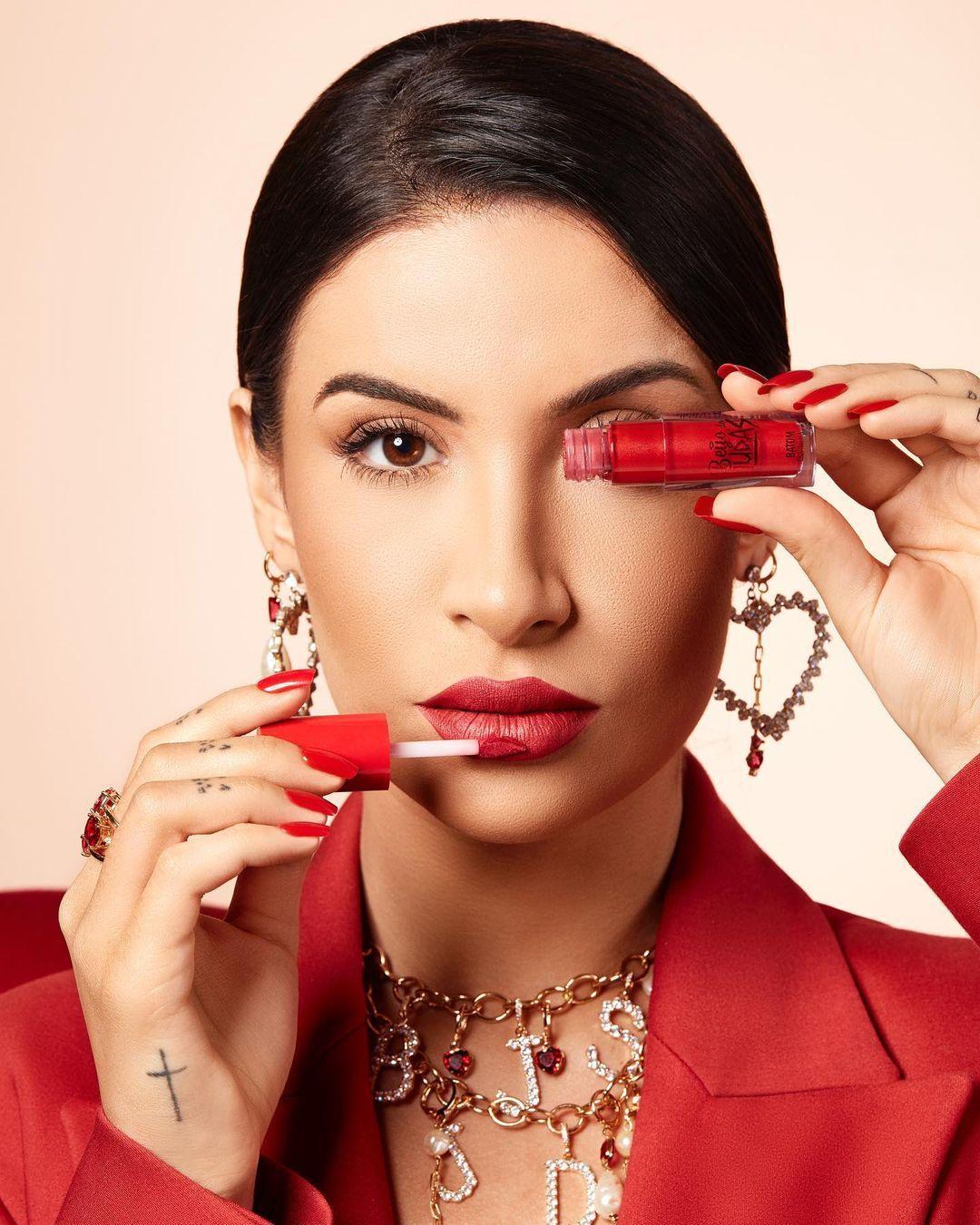 Imagem mostra Boca Rosa com batom vermelho