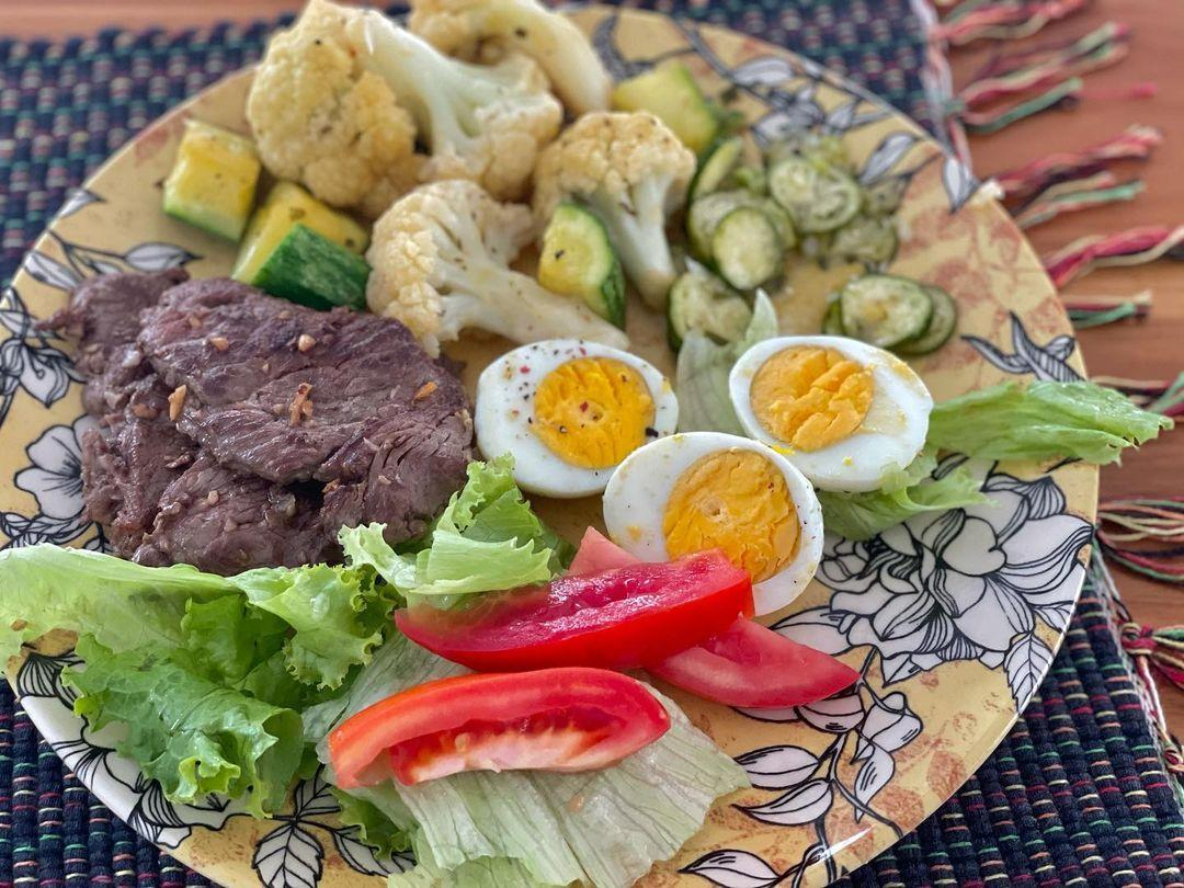 Imagem mostra prato de comida low carb da Marilia Mendonça