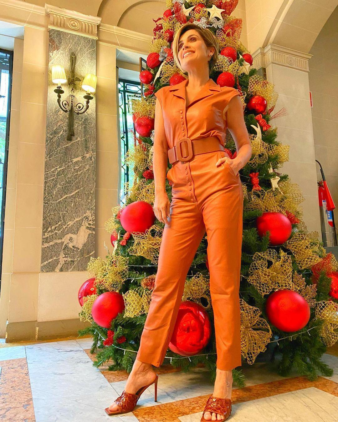 Imagem mostra Flávia Alessandra em frente a uma árvore de Natal