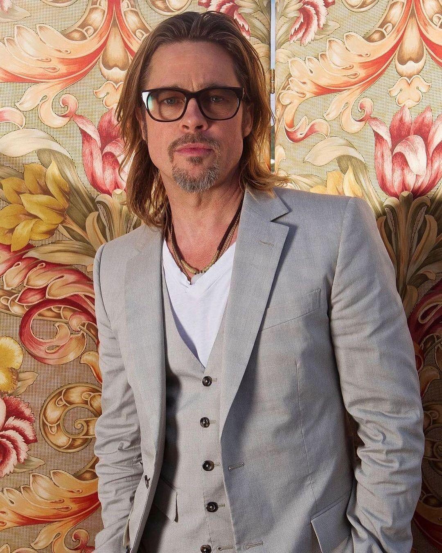 Imagem mostra Brad Pitt com terno cinza