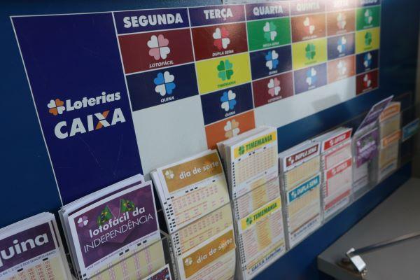 Super Sete 17 - A imagem mostra uma parede com diversos suportes com blocos de volantes de todas as modalidades lotéricas