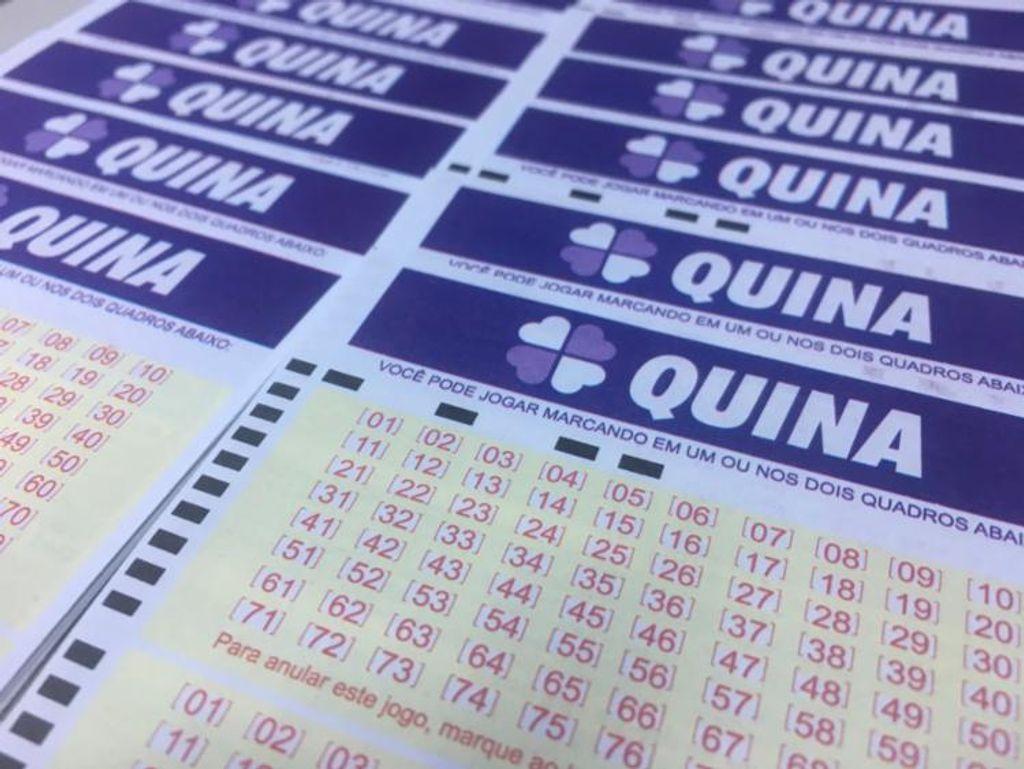 resultados das Loterias da Caixa- a foto contém diversos bilhetes da quina enfileirados - resultado da quina