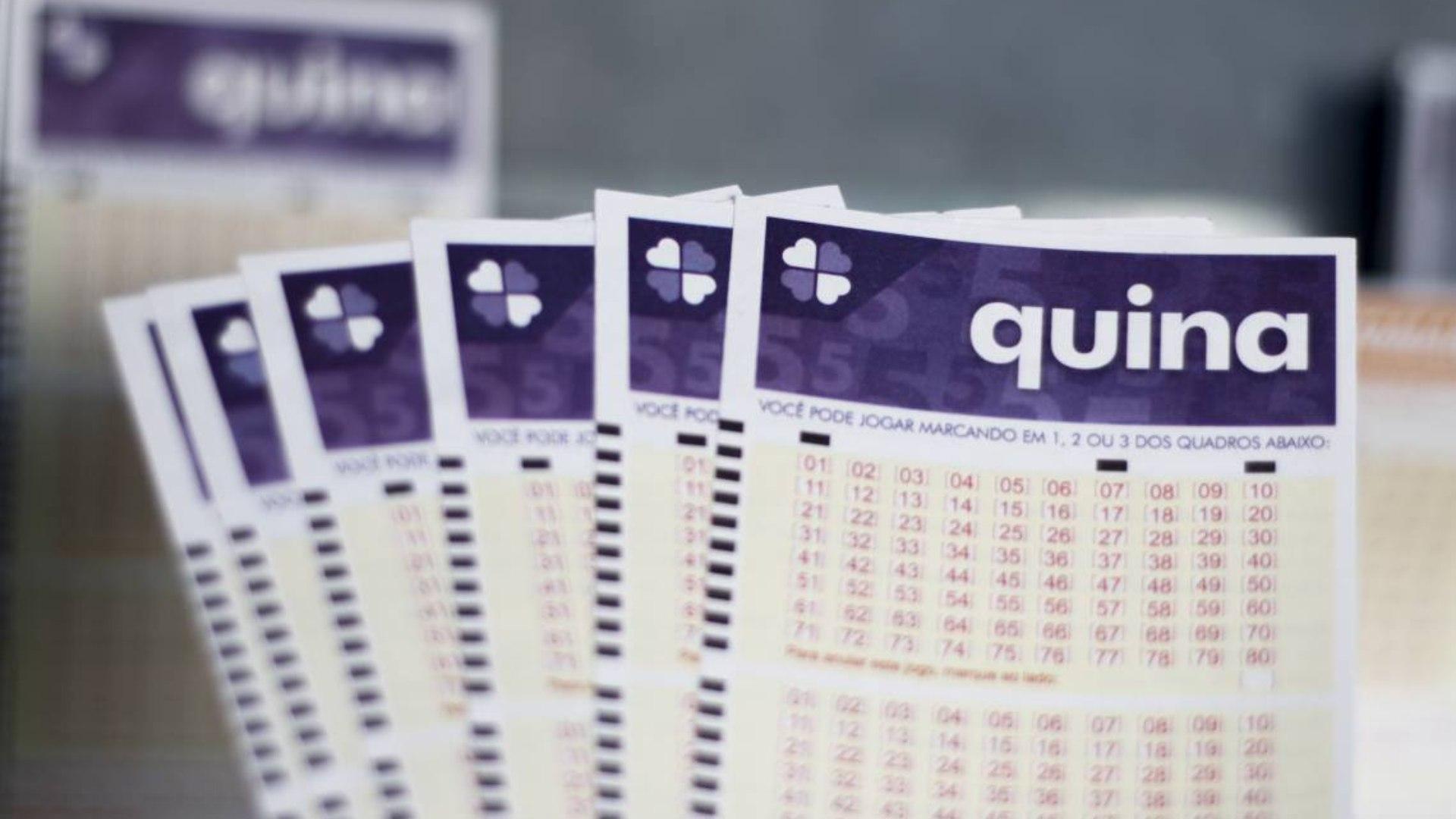 bilhetes da QUINA sob um fundo desfocado