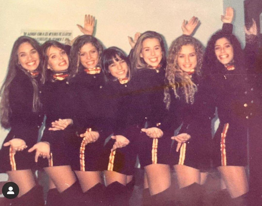 Imagem mostra grupo de paquitas em 1995