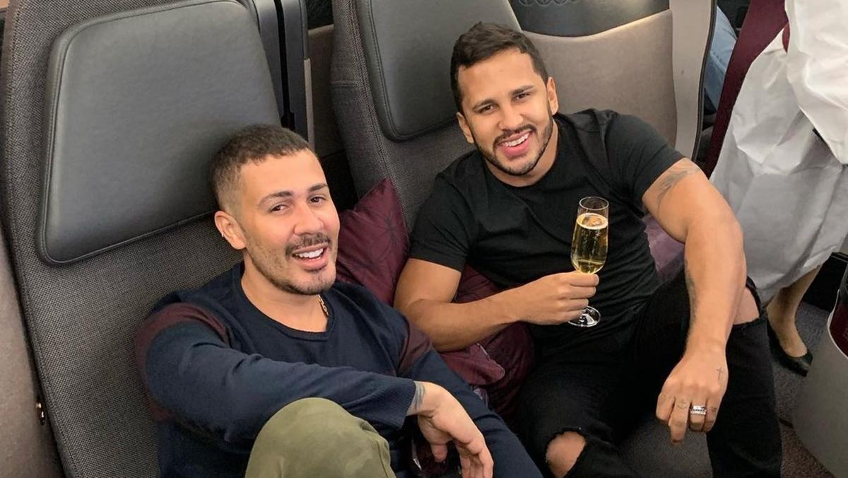 Na foto o humorista Carlinhos Maia e seu marido, Lucas Guimarães