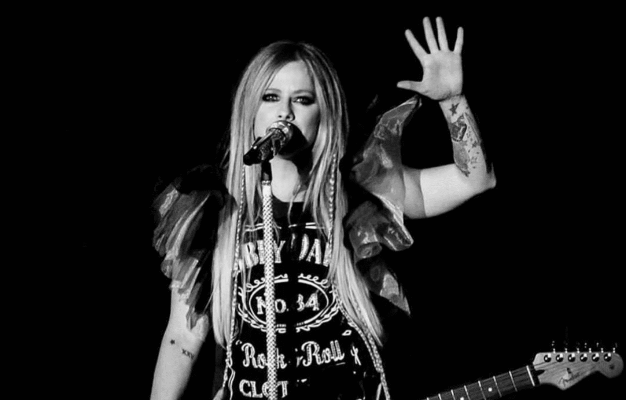 Imagem mostra Avril Lavigne se apresentando