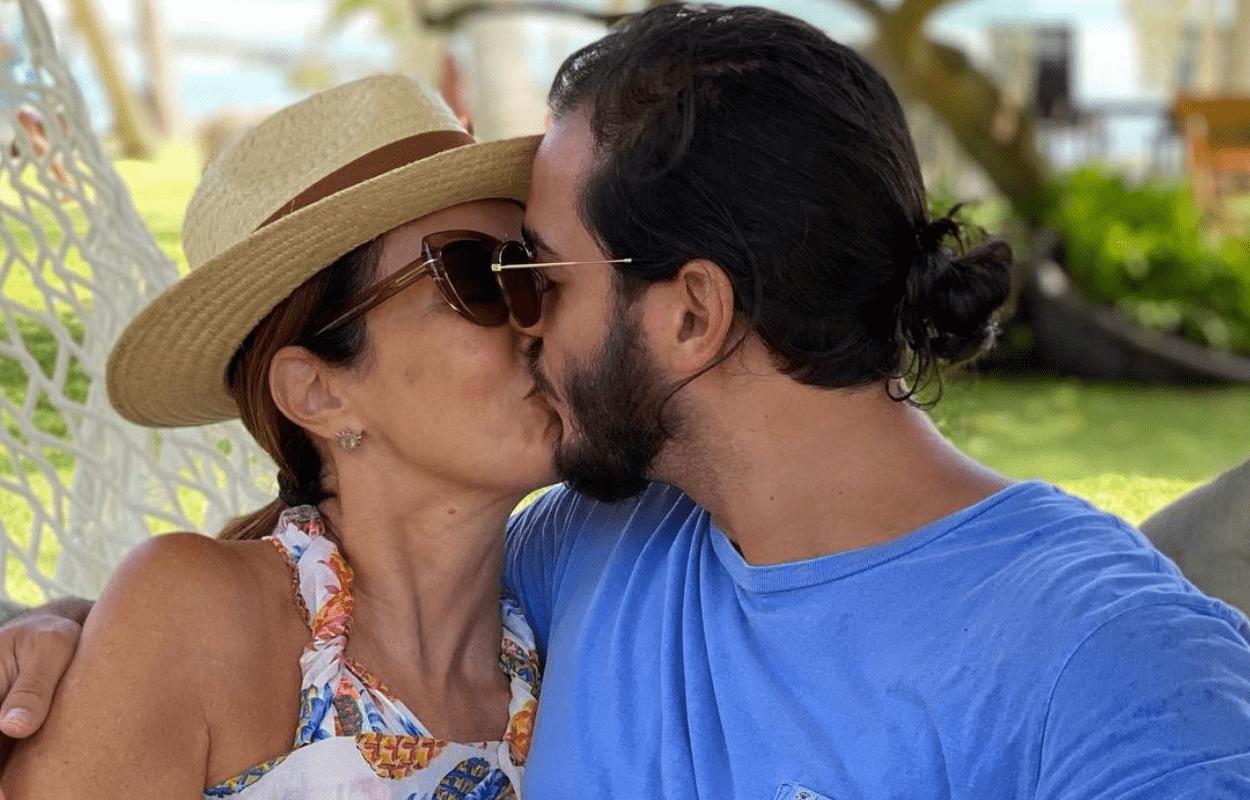 Imagem mostra Fátima Bernardes e o namorado se beijando