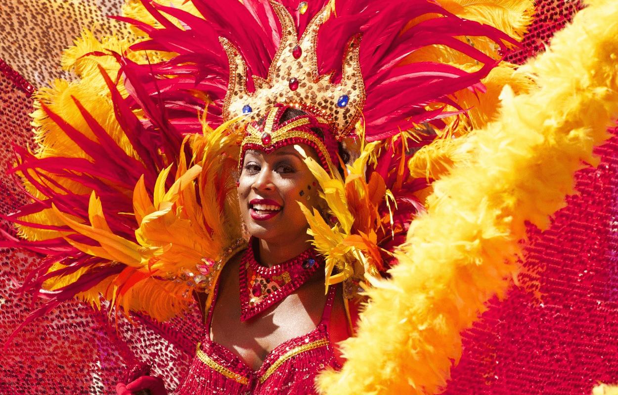 IMagem mostra mulheres fantasiada para Carnaval