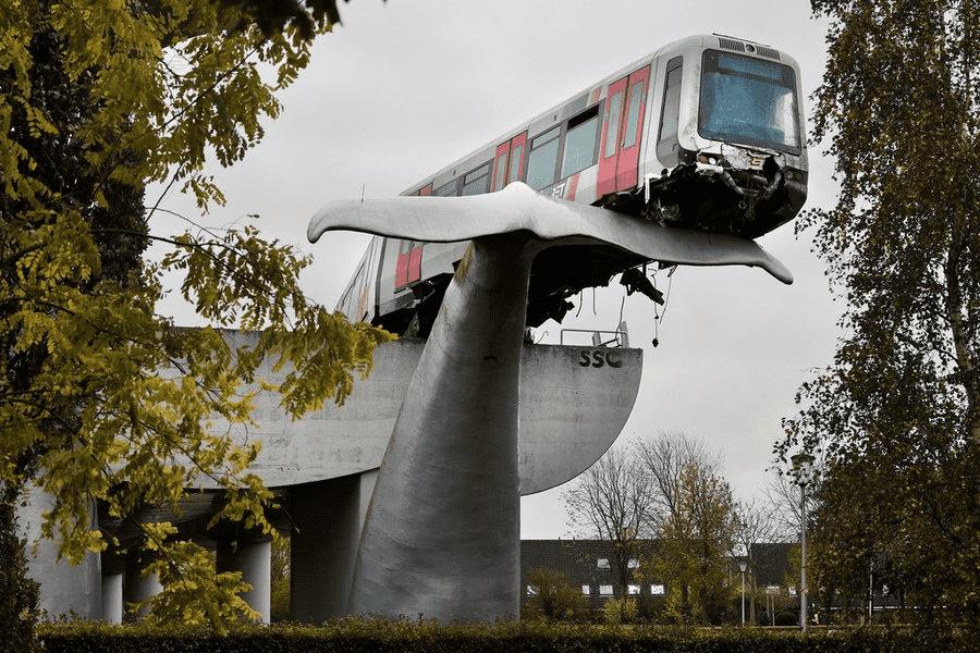 Escultura de rabo de baleia salvou trem de violenta queda na Holanda. Foto: reprodução