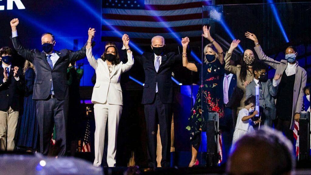 Imagem mostra Kamala Harris com terninho branco no discurso após eleições