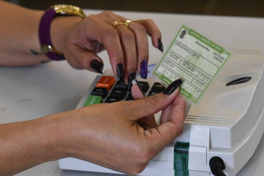Eleições 2020: foto mostra mão verificando o título de eleitor