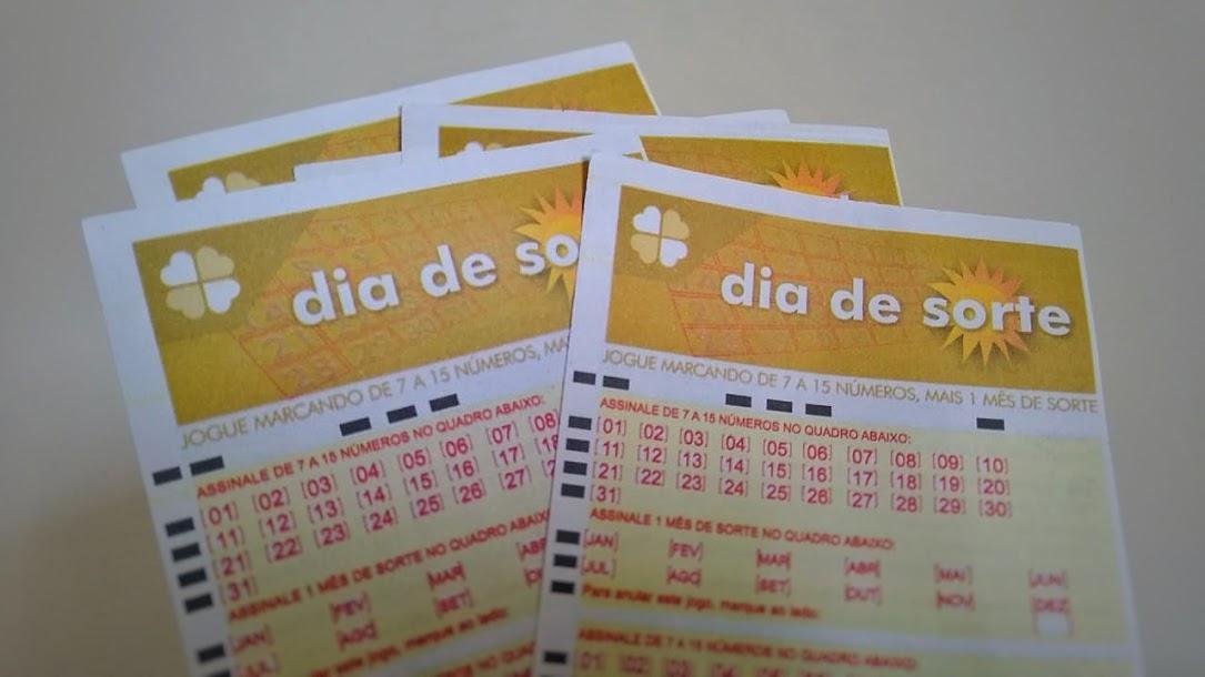 bilhetes do dia de sorte sob um fundo branco - dia de sorte 386, resultado do dia de sorte 395