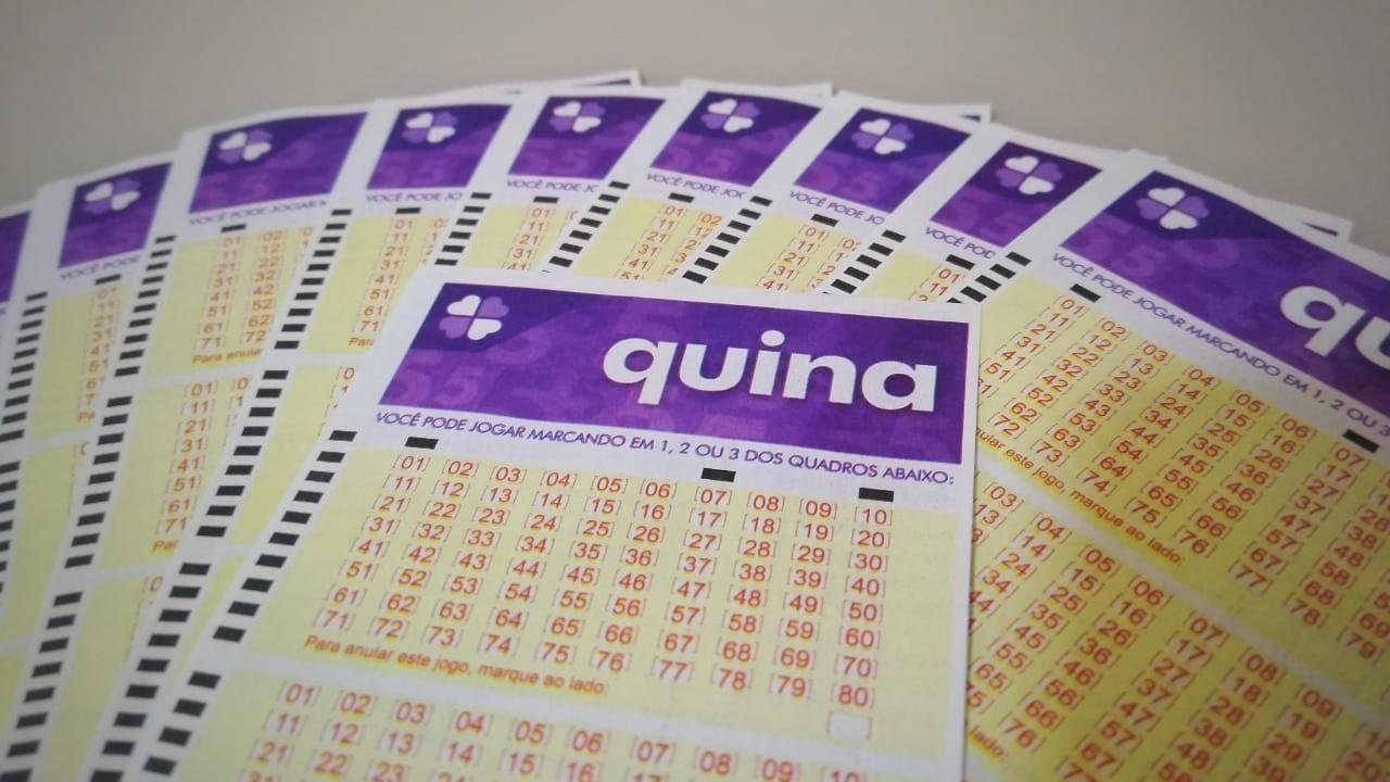 resultado da Quina 5465- a imagem mostra um bilhete da quina em destaque com diversos outros bilhetes ao fundo em formato de leque