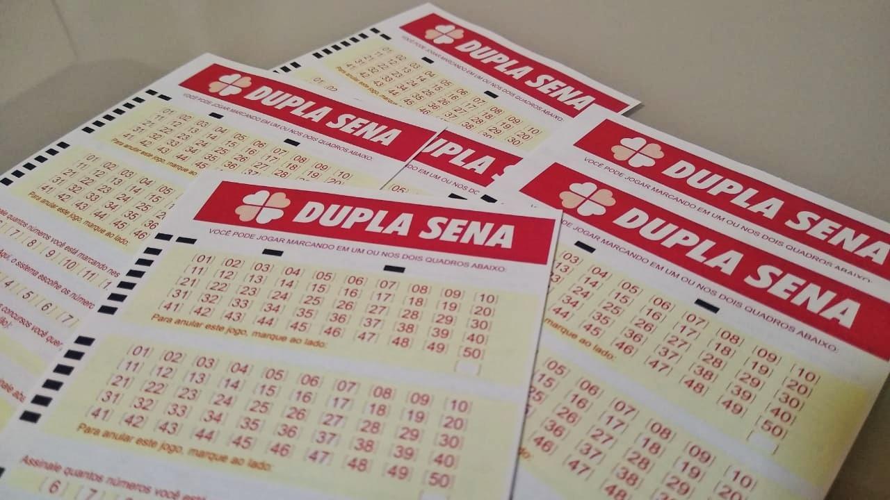 dupla sena 2183 - A imagem mostra diversos volantes Dupla Sena