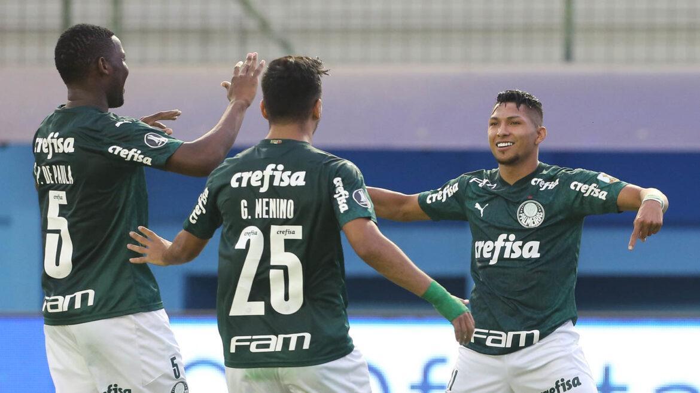Rony marca segundo do Palmeiras no jogo, mas de pênalti
