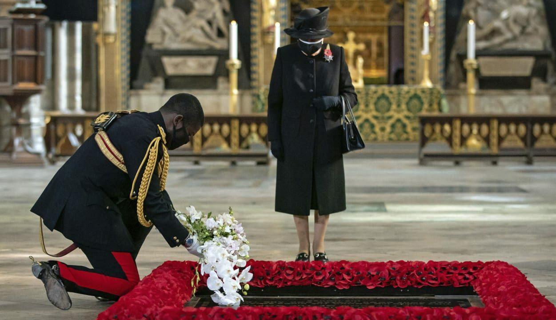 Rainha Elizabeth aparece usando máscara