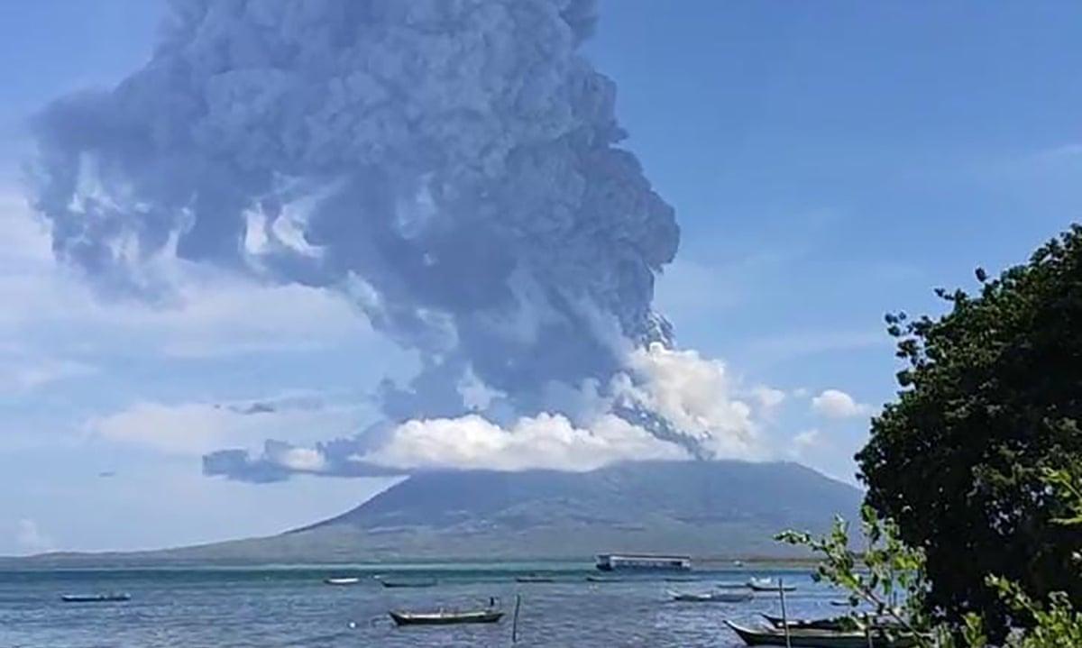 Vulcão entra em erupção na Indonésia